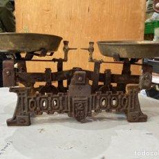 Antigüedades: ANTIGUA BALANZA EN HIERRO FUNDIDO DE 2 KG DE PESO . PLATOS BRONCE. VER LAS FOTOS. Lote 221242960