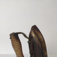 Antigüedades: ANTIGUA PLANCHA ELÉCTRICA. MANGO DE MADERA. SIN CABLE. SIGLO XX. 16 CM. 1,16 KG.. Lote 221257577