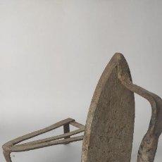 Antigüedades: ANTIGUA PLANCHA DE HIERRO CON SUJETAPLANCHA. 18 CM. 1,8 KG. SIGLO XVIII. Lote 221277997