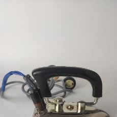 Antigüedades: ANTIGUA PLANCHA ELÉCTRICA PLEGABLE. FUNCIONANDO. 125,150,220V. 15,5 CM. 1,14 KG. SIGLO XIX.. Lote 221279116