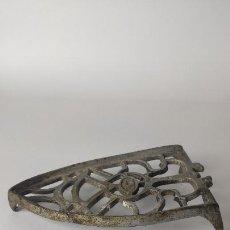 Antigüedades: SUJETAPLANCHAS DE METAL PLATEADO. JCZ. 15 CM. 0,116 KG. SIGLO XIX-XX.. Lote 221279633