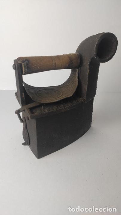 ANTIGUA PLANCHA DE CARBÓN. THE OSIRIS CO. BIRMINGHAM. 16 CM. 31CM. DE ALTO. 2,154 KG. (Antigüedades - Técnicas - Planchas Antiguas - Carbón)