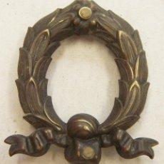 Antigüedades: ADORNO DE LATÓN PARA DECORACION DE MUEBLES. Lote 221290512