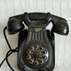 Téléphones: TELÉFONO DE BAQUELITA NEGRA DE PARED. ESPAÑOL. Lote 221385990