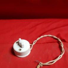 Antigüedades: ANTIGUA LLAVE DE PORCELANA BLANCA CON UN TROCITO DE CABLE TRENZADO DE. Lote 221495973