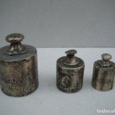 Antigüedades: JUEGO DE 3 PESAS DE LATÓN - 500G - 200G Y 100G. Lote 221498681