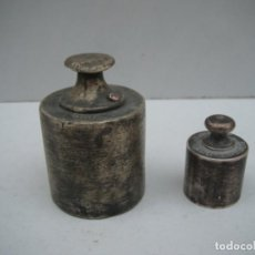 Antiquités: DOS PESAS DE LATÓN - 500G Y 100G. Lote 221499472
