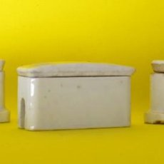 Antigüedades: TRES ANTIGUOS PORTAFUSIBLES DE PORCELANA. Lote 221568132