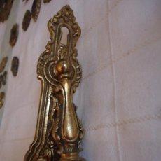 Antigüedades: TIRADOR ANTIGUO CON BOCA LLAVE. DE BRONCE. 15 CMS DE LARGO. Lote 221699690