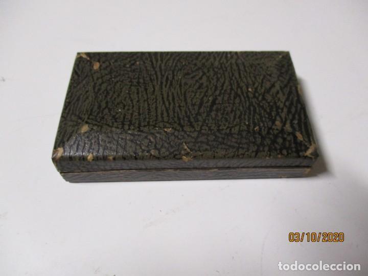 Antigüedades: Antigua maquinilla de afeitar de metal Marca Gillette, Made in USA en la maquinilla y en la caja po - Foto 3 - 221712620
