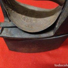 Antigüedades: ANTIGUA PLANCHA DE CARBON UC MONDRAGON CON BASE. Lote 221721383