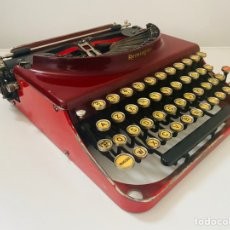 Antigüedades: REMINGTON PORTABLE TYPEWRITER ROJA. Lote 221867806