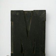 Antigüedades: GRAN LETRA M DE IMPRENTA EN MADERA PRINCIPIOS DEL XX. Lote 221925906