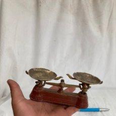 Antigüedades: MINI BASCULA ANTIGUA DE ALUMINIO Y LATON!. Lote 221955977