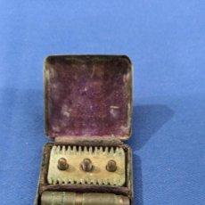 Antigüedades: ANTIGUA MAQUINILLA DE AFEITAR EN ESTUCHE. Lote 221978363