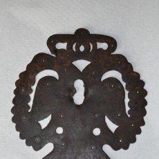 Antigüedades: BOCALLAVE CALADO DE ARCA CON AGUILA BICEFALA Y CORONA. FORJA.. Lote 222061272