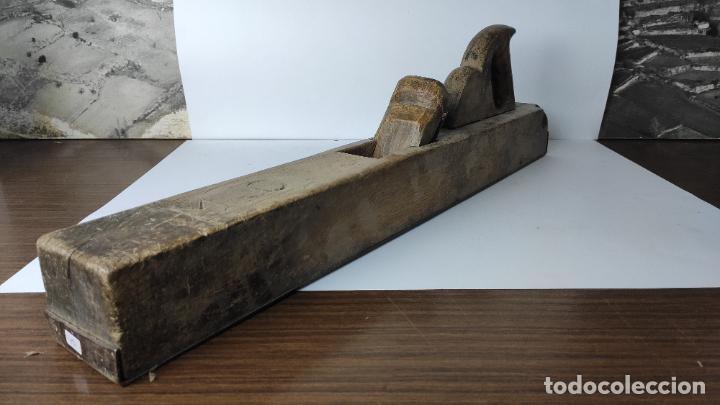 Antigüedades: ANTIGUA GARLOPA DE MADERA CON CUCHILLA Y BASE METÁLICA. GRABADO MC. 65 CM. 4,746 KG. - Foto 2 - 222110485