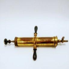 Antigüedades: JERINGA EN BRONCE Y MADERA (MATERIAL QUIRÚRGICO PARA EMBALSAMAR CADÁVERES)47,5 CM DE LARGO, AÑOS 20. Lote 222133396