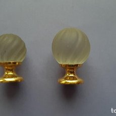 Antigüedades: JUEGO 2 POMOS O TIRADORES PEQUEÑOS CRISTAL TALLADO OPACO Y METAL DORADO. Lote 222136926