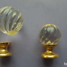 Antigüedades: JUEGO 2 POMOS O TIRADORES PEQUEÑOS CRISTAL TALLADO Y METAL DORADO. Lote 222137792
