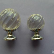 Antigüedades: JUEGO 2 POMOS O TIRADORES PEQUEÑOS CRISTAL TALLADO Y METAL PLATEADO. Lote 222138177