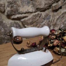 Antigüedades: PLANCHA ANTIGUA DE PORCELANA. Lote 222194276