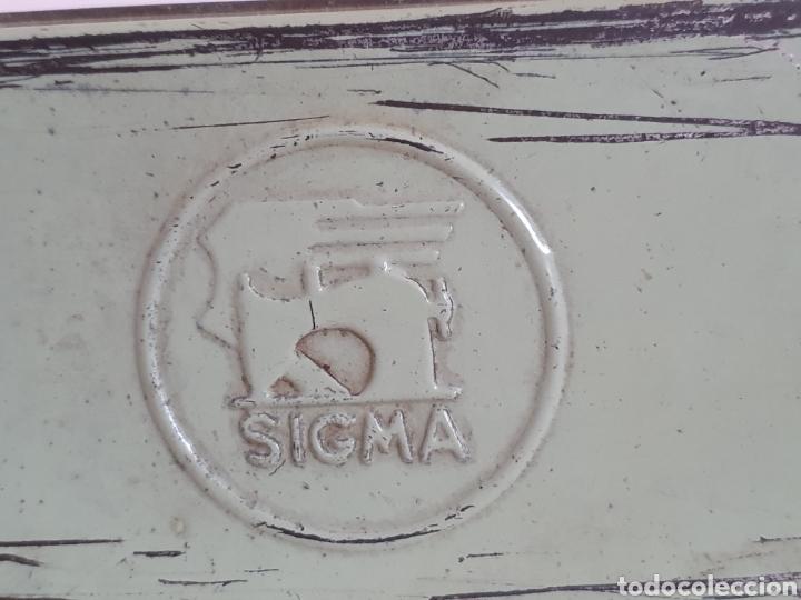 Antigüedades: CAJITA DE CHAPA DE MÁQUINA DE COSER SIGMA - Foto 2 - 222243233