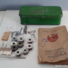Antigüedades: CAJA METALICA CON ACCESORIOS, Y MANUAL MAQUINA DE COSER SIGMA. Lote 222272330