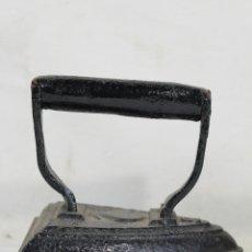 Antigüedades: PLANCHA ANTIGUA DE HIERRO Nº3 CON BASE CURVA. Lote 222302327
