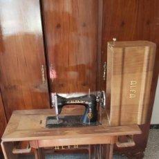 Antigüedades: MÁQUINA DE COSER CON MUEBLE ALFA.. Lote 222343005