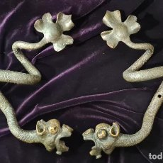 Antigüedades: PAREJA DRAGONES MODERNISTA EN HIERRO FORJADO. Lote 222350102