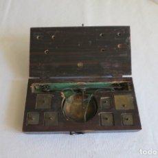 Antigüedades: CAJA Y BALANZA PARA EL PESO DE MONEDA A PARTIR DE 1848. Lote 222373388