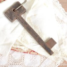 Antigüedades: GRAN LLAVE VINTAGE DE HIERRO. Lote 222383970