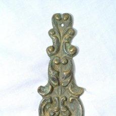 Antigüedades: ADORNO EMBELLECEDOR DECORACION DE METAL ANTIGUO PARA MUEBLES, PUERTAS , ARMARIOS O PAREDES. Lote 222388482
