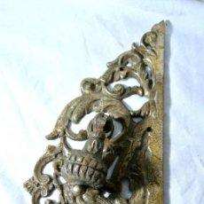 Antigüedades: ANTIGUO EMBELLECEDOR CON TIRADOR PARA PUERTA, LARGO 25.5 CMS. Lote 222474866