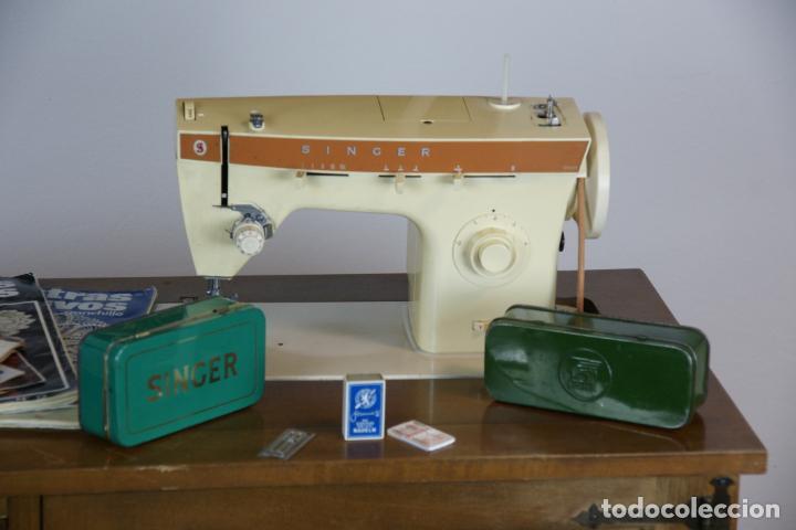 Antigüedades: Lote de costura profesional. Mueble y máquina eléctrica singer. Repuestos, revistas, accesorios,etc. - Foto 2 - 222496918