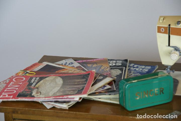 Antigüedades: Lote de costura profesional. Mueble y máquina eléctrica singer. Repuestos, revistas, accesorios,etc. - Foto 3 - 222496918