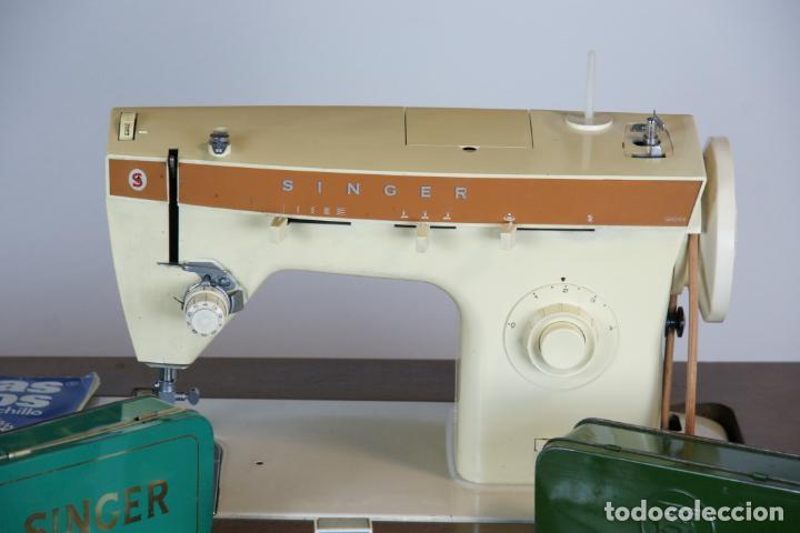 Antigüedades: Lote de costura profesional. Mueble y máquina eléctrica singer. Repuestos, revistas, accesorios,etc. - Foto 4 - 222496918