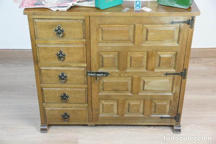 Antigüedades: Lote de costura profesional. Mueble y máquina eléctrica singer. Repuestos, revistas, accesorios,etc. - Foto 5 - 222496918