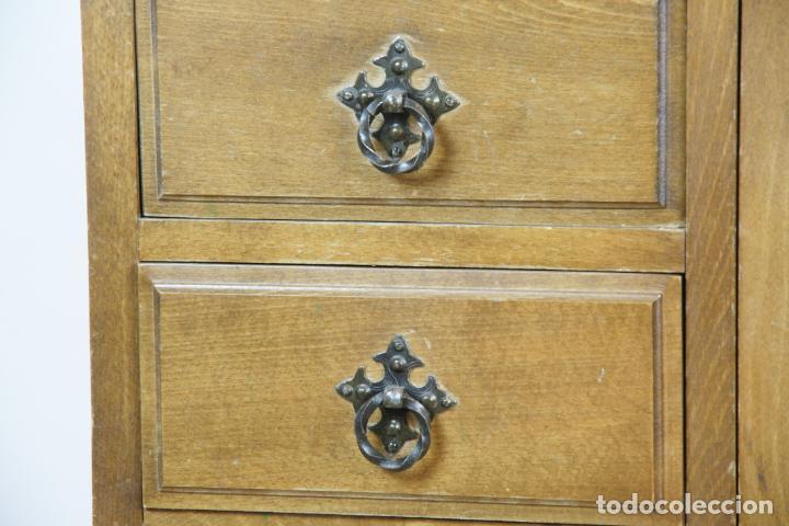 Antigüedades: Lote de costura profesional. Mueble y máquina eléctrica singer. Repuestos, revistas, accesorios,etc. - Foto 6 - 222496918