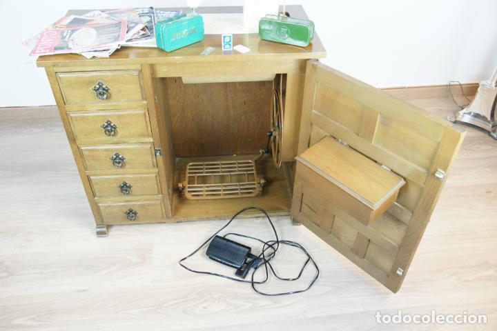 Antigüedades: Lote de costura profesional. Mueble y máquina eléctrica singer. Repuestos, revistas, accesorios,etc. - Foto 9 - 222496918