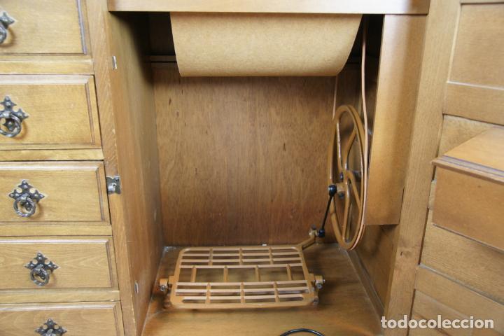 Antigüedades: Lote de costura profesional. Mueble y máquina eléctrica singer. Repuestos, revistas, accesorios,etc. - Foto 10 - 222496918