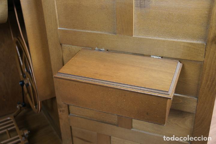 Antigüedades: Lote de costura profesional. Mueble y máquina eléctrica singer. Repuestos, revistas, accesorios,etc. - Foto 11 - 222496918