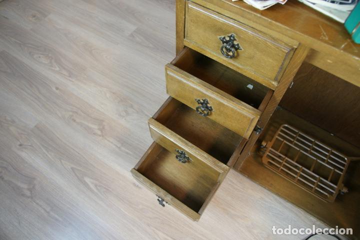 Antigüedades: Lote de costura profesional. Mueble y máquina eléctrica singer. Repuestos, revistas, accesorios,etc. - Foto 15 - 222496918