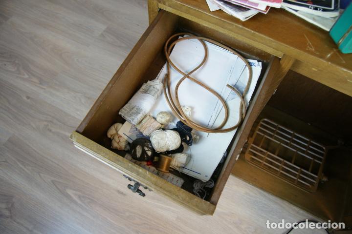Antigüedades: Lote de costura profesional. Mueble y máquina eléctrica singer. Repuestos, revistas, accesorios,etc. - Foto 16 - 222496918
