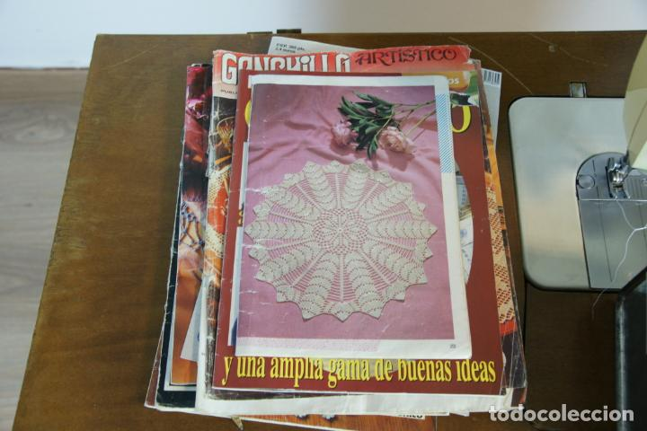 Antigüedades: Lote de costura profesional. Mueble y máquina eléctrica singer. Repuestos, revistas, accesorios,etc. - Foto 18 - 222496918