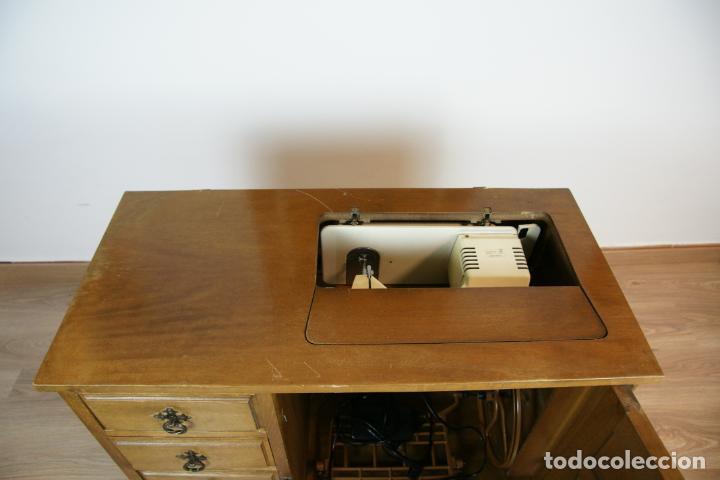 Antigüedades: Lote de costura profesional. Mueble y máquina eléctrica singer. Repuestos, revistas, accesorios,etc. - Foto 31 - 222496918