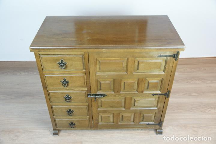 Antigüedades: Lote de costura profesional. Mueble y máquina eléctrica singer. Repuestos, revistas, accesorios,etc. - Foto 32 - 222496918