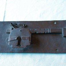 Antigüedades: CERRADURA ANTIGUA FORJADO EN HIERRO. ANTIQUE DOOR LOCK HAND FORGED.. Lote 222558835
