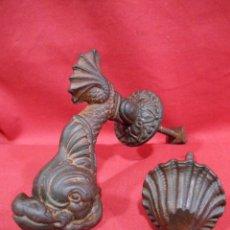 Antigüedades: ANTIGUA ALDABA, LLAMADOR ZOOMORFO CON FORMA DE PEZ EN HIERRO - AK&SONS - COMPLETO -. Lote 222573997